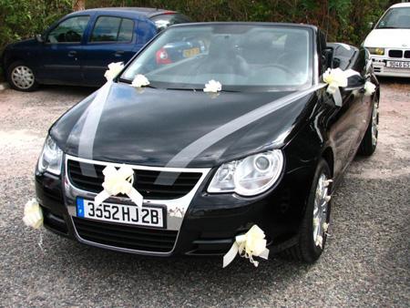 По традиции, при украшении свадебных машин лентами на капот и багажник крепится нечетное количество полос. Лучше использовать атласные ленты, они эффектно