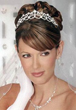 Фото прическа на свадьбу с диадемой челкой 71