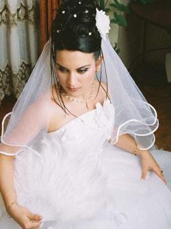 Если невесте по душе укороченное свадебное платье, то такая фата отлично соответствует стилю. Прическа, которая будет сочетаться с короткой фатой