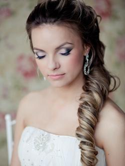 Вместо традиционной фаты образ невесты дополнит шляпка или вуалетка в стиле ретро. Также интересно смотрится незамысловатая прическа «пучок», в особенности