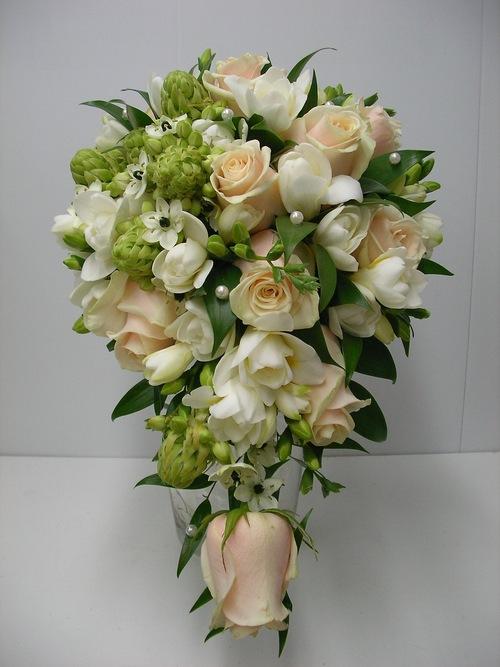 Букет невесты в виде капли, цветов
