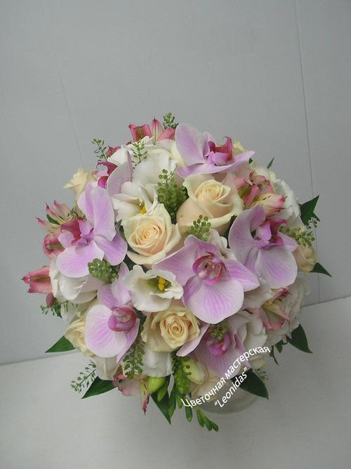 Круглый букет из орхидей и розовых, купить цветы в спб к 8 марта днепропетровск