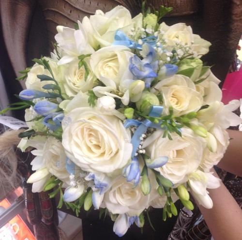 Букет невесты из голубых фрезиями и розами — 6