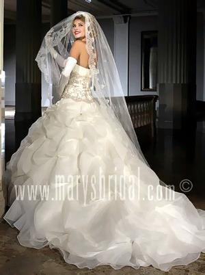Магазин в. Неизвестный.  Свадебные платья женские.  Узнать цену.